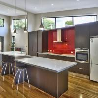 Kitchen with stone top / Caesarstone, Quantum Quartz, Smartstone, Essa Stone
